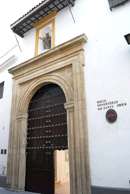 Entrada al convento de Santa Inés, junto a la iglesia de San Pedro.